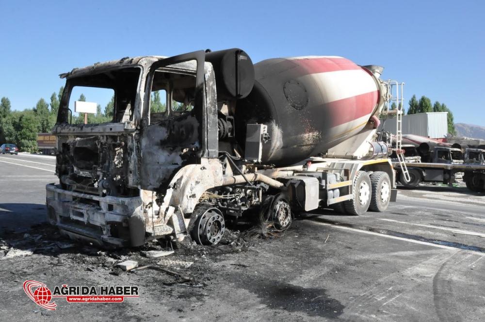 Ağrı'da, teröristler 7 aracı ateşe verdi