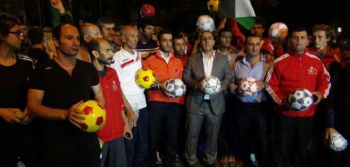 Sporcular İsrail Büyükelçiliğini 'Top'a Tuttu