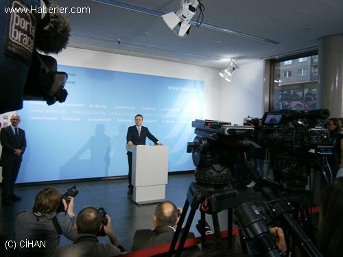 Almanya'da Soruşturmasının Gizliliğini İhlalle Suçlanan Bakan İstifa Etti