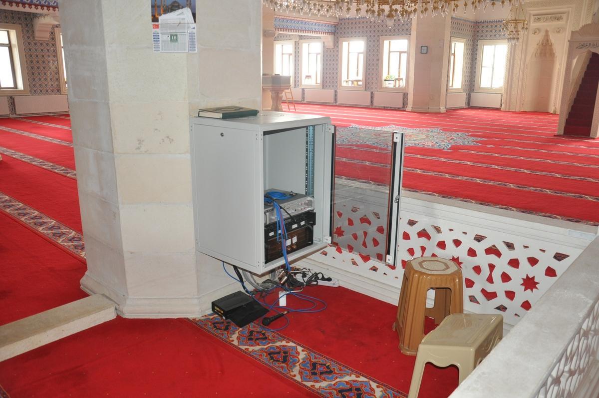 Patnos'ta caminin ses sistemine ait cihazlar çalındı