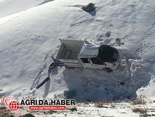 Hakkari'de Kamyonet Şarampole Yuvarlandı: 2 Kişi Yaralandı