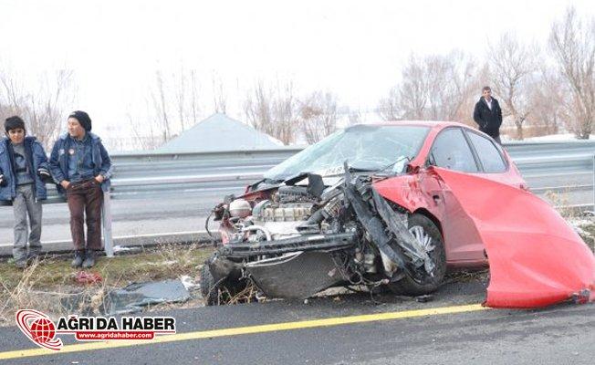 Ağrı'da Otomobil Bariyerlere Çarparak Devrildi: 2 Yaralı
