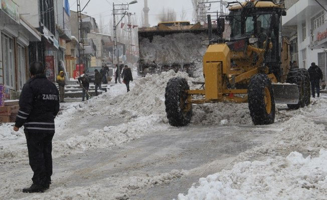 Başkale Belediyesinden kar temizleme çalışması