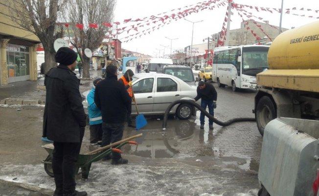 Çaldıran'da kar ve kar suyu temizleme çalışması