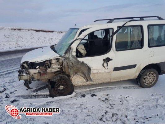 Eleşkirt'te Araç Otobüsle Çarpıştı: 3 Yaralı!