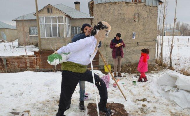 Yüksekova'da kardan Seyit Onbaşı heykeli