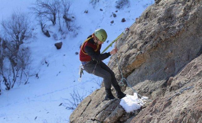Hakkari'de 3 liseli gencin dağcılık başarı hikayesi