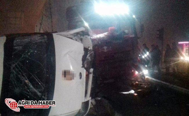 Ağrı'da Trafik Kazası: Tır Minibüsü Ezdi!