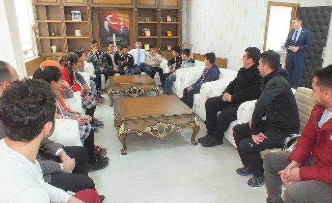 Atletizm Bölge Şampiyonları Kaymakam Kırlı'yı ziyaret etti