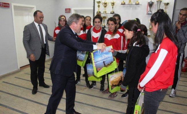 Bayan futbolculardan Müdür Aziz Sinan Alp'e ziyaret