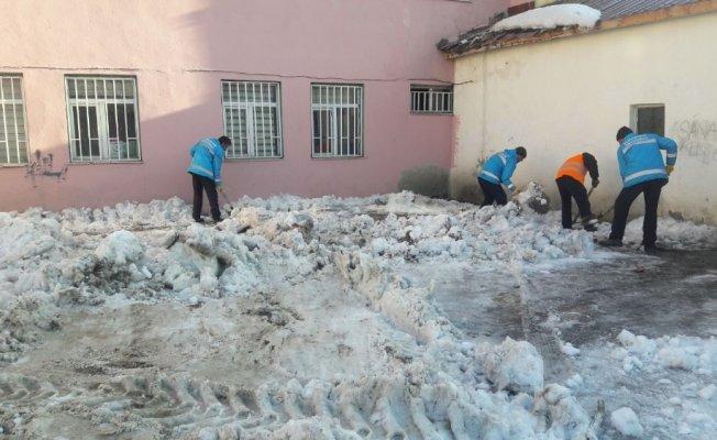 Çaldıran belediyesi, okul bahçelerini temizliyor