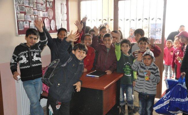 Çukurova Belediyesi'nden Aladağ'daki öğrencilere giysi yardımı