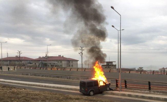 Erciş'te kaçakçılıkta kullanılan otomobil alev topuna döndü