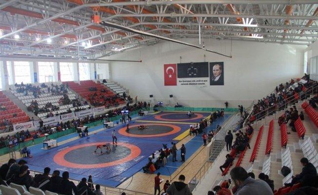 Erzincan'da Güreş grup müsabakaları yapıldı