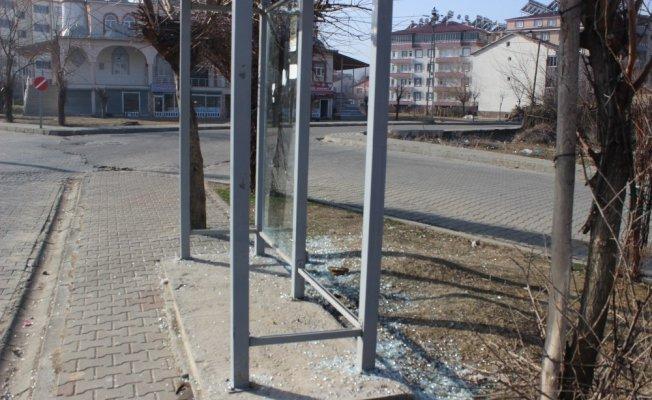 Genç'te Toplu Taşıma Durakları Tahrip Edildi