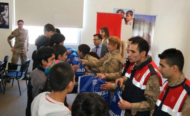Van'da Jandarma göçmenlere kıyafet desteği verdi