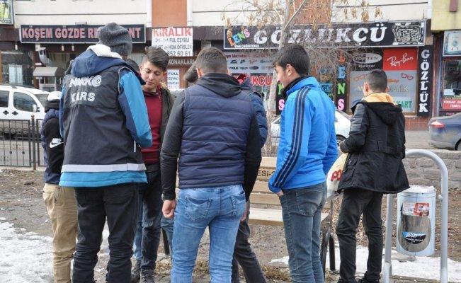 Kars't polis okul önlerinde uçurtmuyor