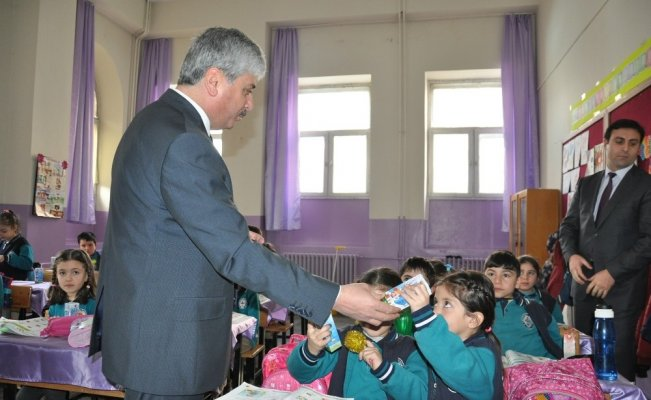Kars'ta, öğrencilere Sarıkamış ve Gazi Ahmet Muhtar Paşa Çizgi Romanı dağıtıldı