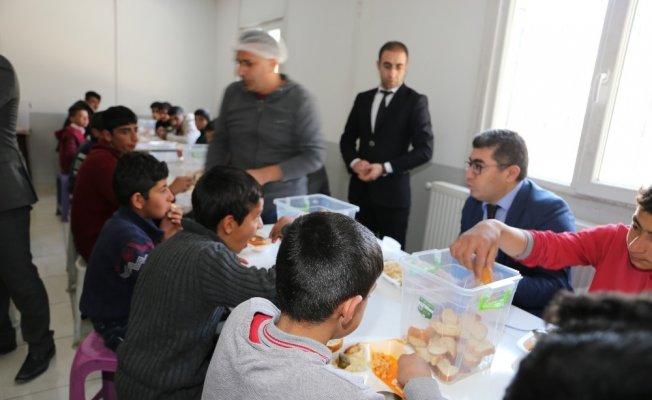 Muş'un Varto Kaymakamı Mehmet Nuri Çetin'den yemek denetimi