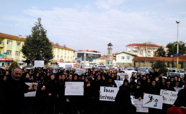 """Kız öğrenciler cinsel istismar için """"idam"""" istedi"""