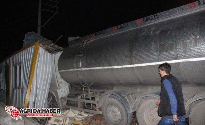 Kocaeli'de Freni boşalan tanker bekçi kulübesine girdi