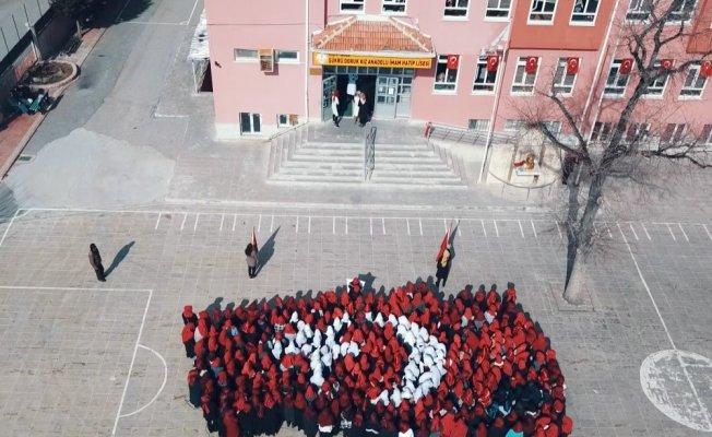 Öğrenciler Mehmetçik için bayrak oldu dalgalandı