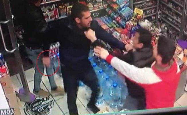 (Özel Haber)  Market sahibinin bıçaklı hırsızla boğuşması kamerada