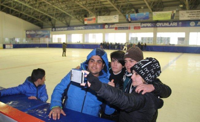 Sevgi evleri çocukları ''Buzda Yeşeren Hayatlar'' projesi ile buz pateni öğreniyor
