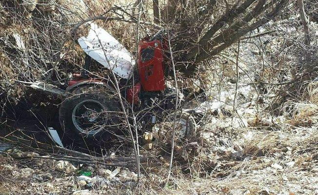 Traktör uçuruma yuvarlandı:2  yaralı
