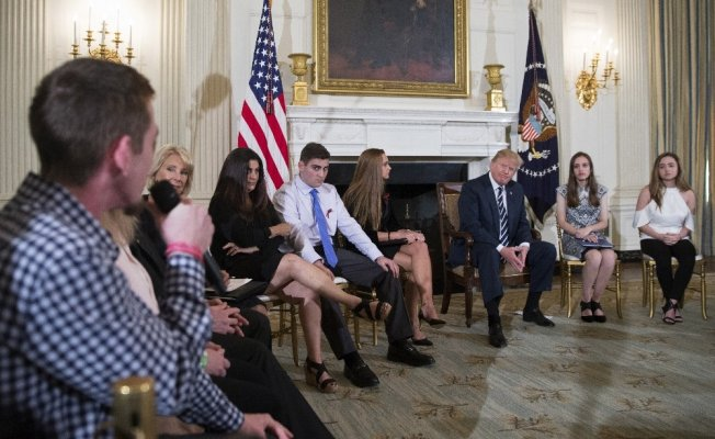 Trump, silahlı saldırının yapıldığı lisenin öğrencileriyle bir araya geldi