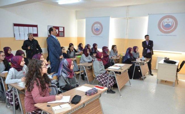 Vali Arslantaş, imam hatip liselerinde öğrenim gören öğrencileri ziyaret etti