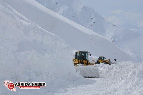 Van'da yoğun kar yağışı ve tipi nedeniyle 15 yerleşim yerinin yolu ulaşıma kapandı