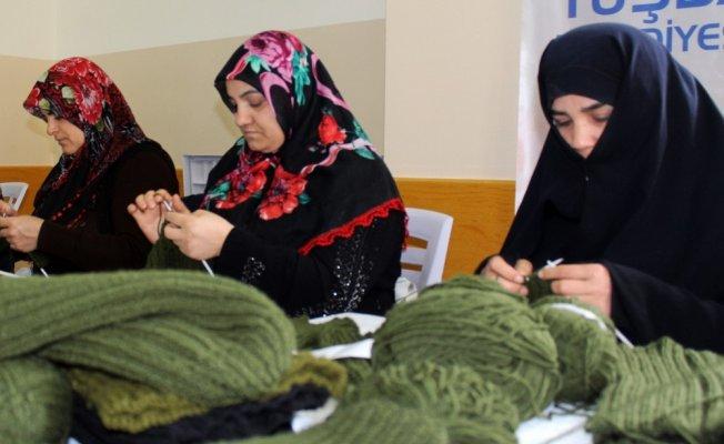 Vanlı kadınlardan Mehmetçik için Örme Atkı ve Bere