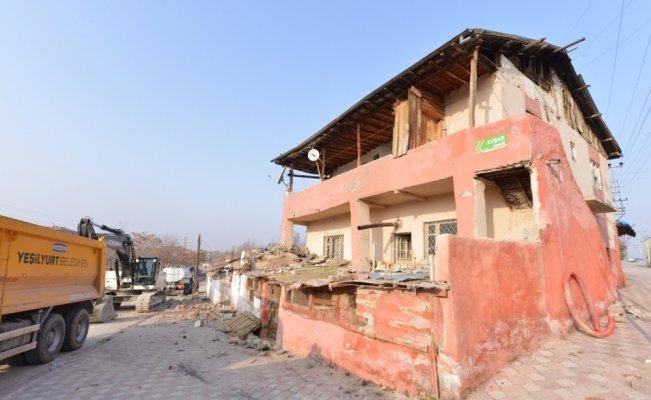 Malatya Yeşilyurt'ta 178 metruk bina yıkıldı