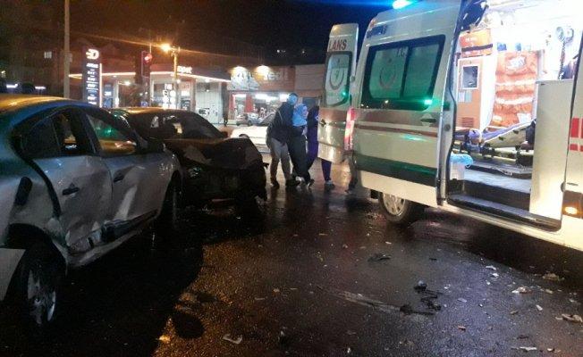 2 otomobil çarpıştı: 1'i çocuk 6 yaralı