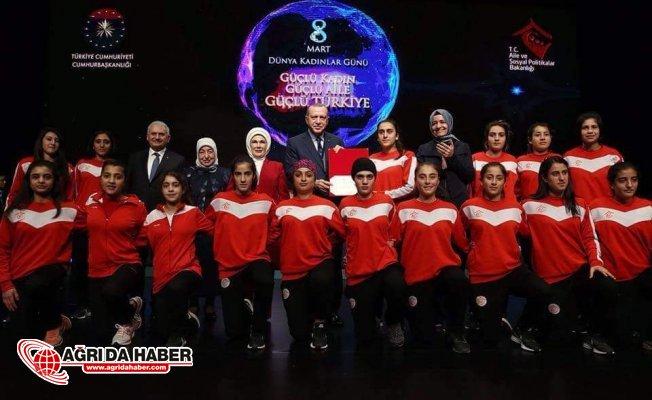 Ağrı ASP Kadın Futbol Takımı Cumhurbaşkanlığı Külliyesinde