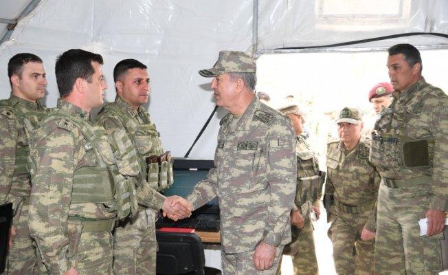 Akar Kilis'teki birlikleri denetliyor