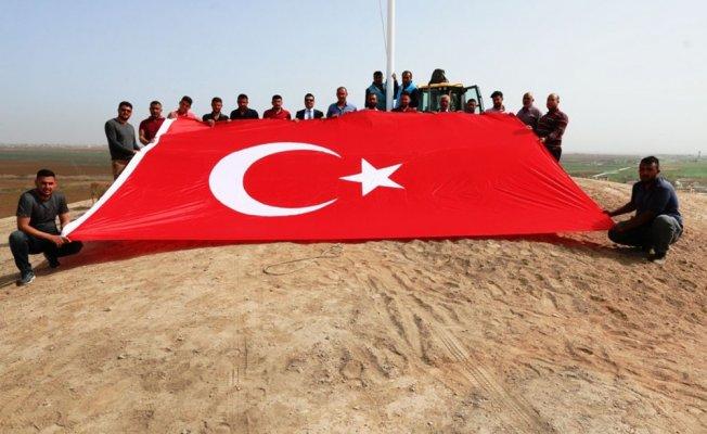 Akçakale'ye iki dev Türk bayrağı dikildi