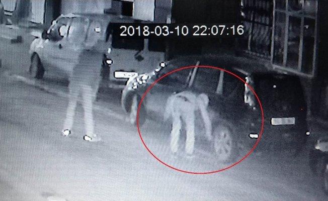 Araçların lastiklerini keserken kameraya yakalandılar