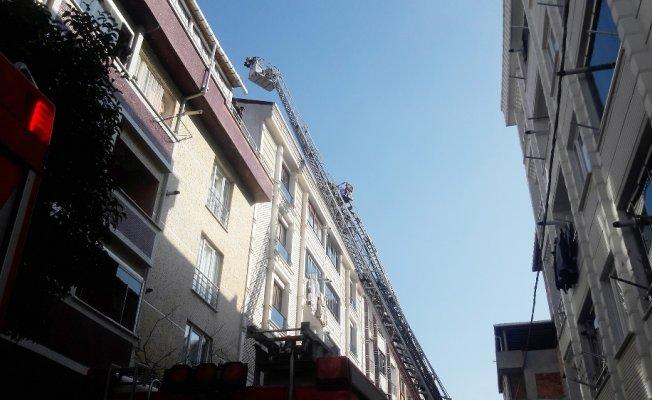 Çatı yangını vatandaşı sokağa döktü