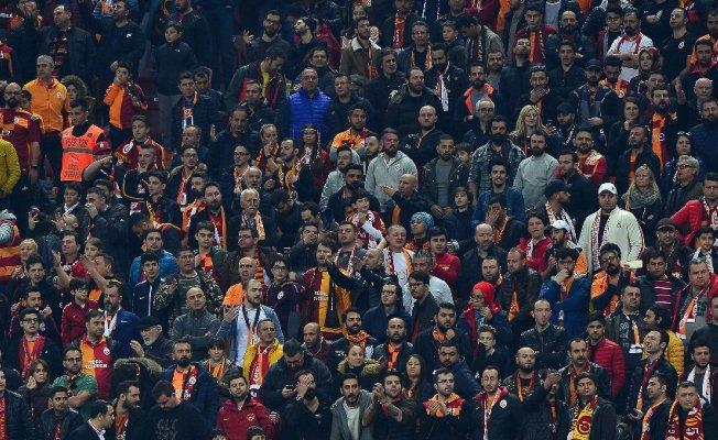 Galatasaraylı taraftarlardan ikinci yarı için alkış desteği