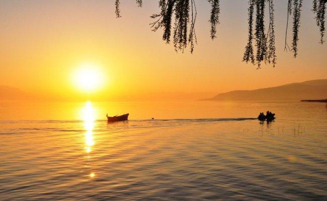 Güneşin suya kavuştuğu o an
