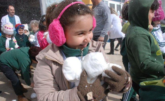 Kar yağmayınca pamuktan kar topuyla eğlendiler