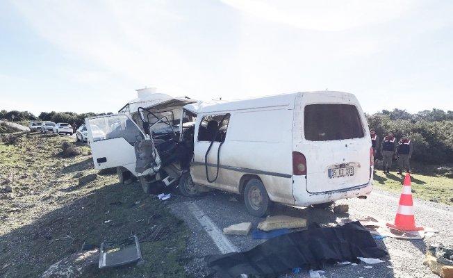 Minibüsle kamyonet çarpıştı: 1 ölü, 9 yaralı