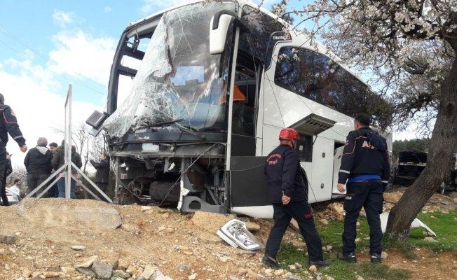 Otobüs elektrik direğine çarptı: 18 yaralı