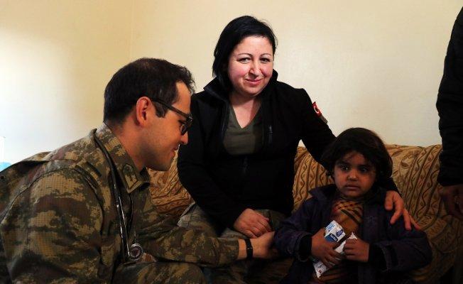 Türk askerinden Cinderesli sivillere şefkat eli