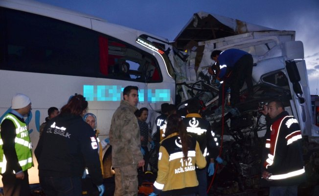 Yolcu otobüsü kamyona çarptı: 1 ölü, 40 yaralı