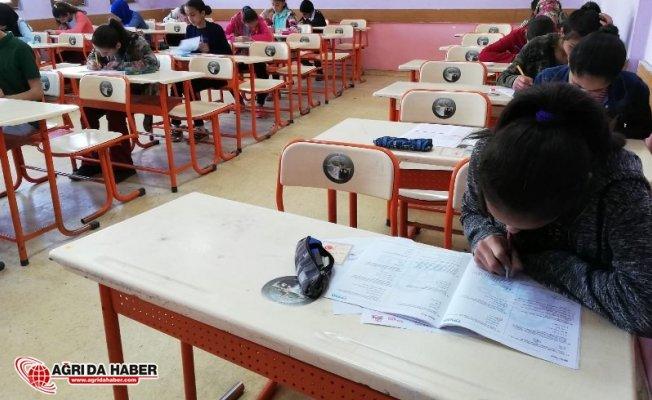 Ağrı'da Ödüllü Kitap Kurdu Okuma Yarışmasının Sınavı Yapıldı