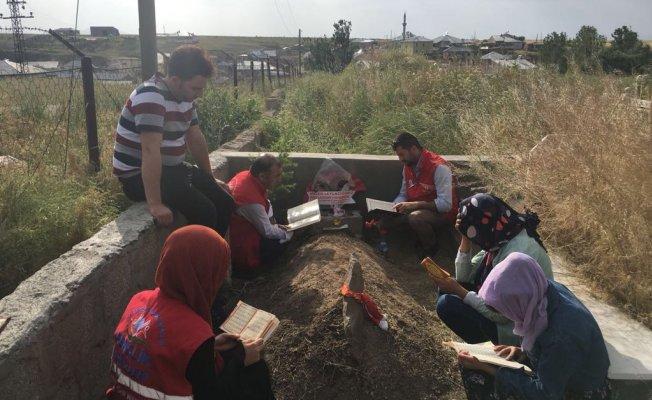 Gençlik Merkezi Mezarı Başında Leyla İçin Kur-an'ı Kerim Okudu