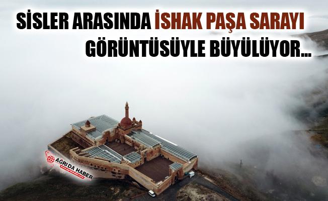 İshak Paşa Sarayı Sisler Arasında Görüntüsüyle Büyülüyor